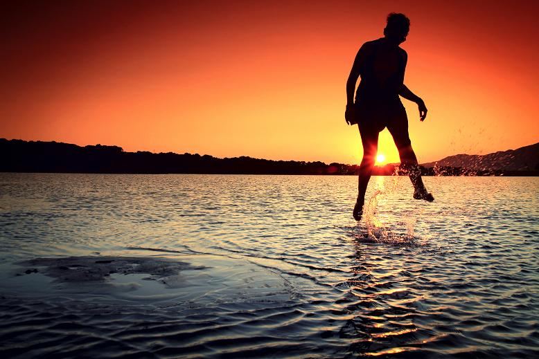 A picture of a girl jumpin in water by splitshare.com