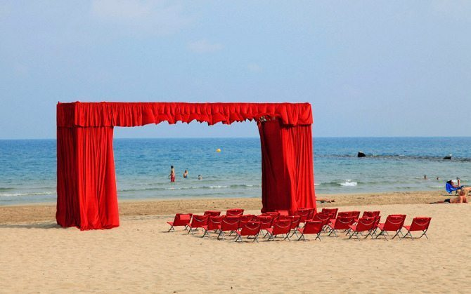 Un espectáculo para la vista (A sight to behold), 2011 Installation in public space Curtain on scaffold. 8 x 4 x 1,5 m; 30 beach chairs